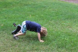 image montrant un enfant au sol avec un monocycle