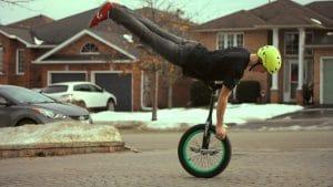 image representant un homme en equilibre sur son monocycle