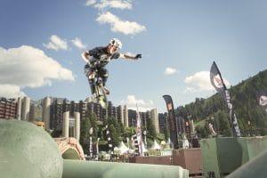 cette image montre un homme sur un monocycle en l'air