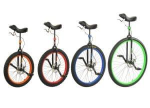 cette photo montre 4 monocycles differents